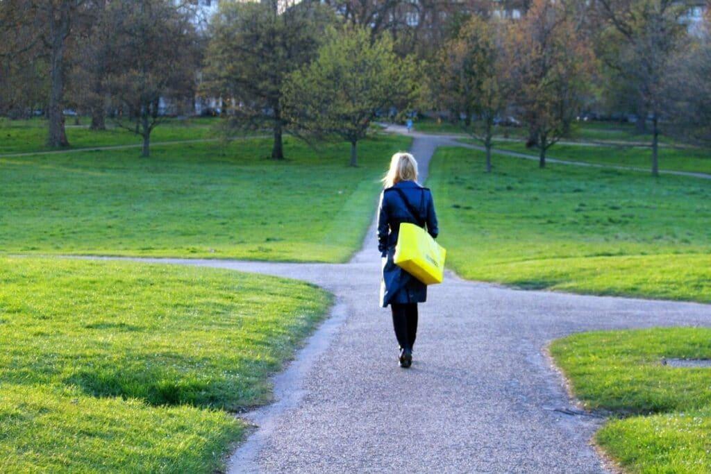 En dame foran et vanskelig veivalg